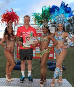 """Während der Siegerehrung beim SoleCup in Schönebeck wurde Tristan Schwandke von den bezaubernden Tänzerinnen der """"Tangará Brasil Dance"""" aus Berlin eingerahmt (Bild: Elmo Schwandke)"""