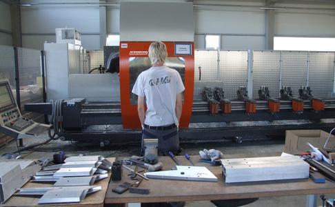 Bearbeiten und Sägen mit derselben Maschine: Auf dem 5-Achs-Zentrum SBZ 151 von elumatec können sowohl Langteile wie auch Kleinteile bearbeitet und erstellt werden. Die Herstellung von Kleinteilen ist ein automatisierter Prozess, der nicht beaufsichtigt werden muss