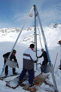 Um die Geräte zur Entnahme von Sedimentkernen stabil platzieren zu können, muss der See zugefroren sein