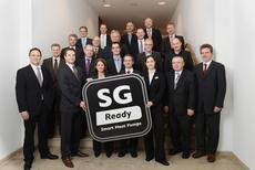 Beim 10. Forum Wärmepumpe am 9. November 2012 in Berlin stellten BWP-Vorstandsvorsitzender Paul Waning (3. Reihe Mitte) und BWP-Geschäftsführer Karl-Heinz Stawiarski (letzte Reihe, 2. v. r.) gemeinsam mit Industrie-Vertretern das Label der Öffentlichkeit vor