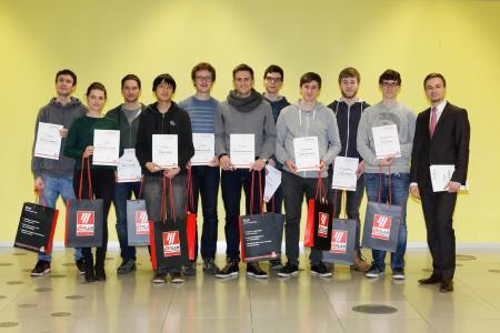 Die Siegerteams der Universität freuen sich über die Prämierung des Programmierwettbewerbs (Quelle: Eplan Software & Service GmbH & Co. KG)