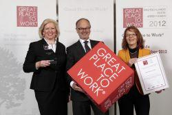 """perbit als """"Great Place to Work"""" ausgezeichnet: (v.l.n.r.) Gaby Hampel, Leiterin Marketing/PR, Wolfgang Witte, Geschäftsführender Gesellschafter, Lisa Krüger, Personalleiterin (Foto: Gero Breloer)"""