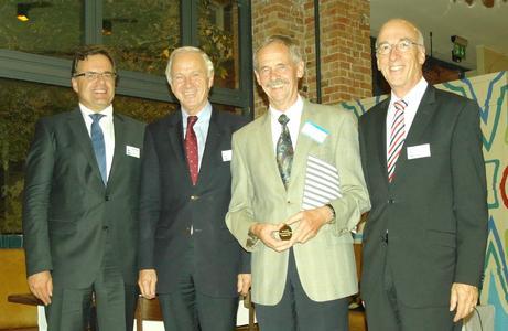 Preisträger Dr. rer. nat. Uwe Feldmann mit Dr.-Ing. Jürgen Haase, Prof. Dr. Wolfgang Rosenstiel und Laudator Prof. Dr. Erich Barke, Vorstandsmitglieder im edacentrum.