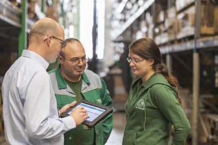 Die Gießerei Karl Casper setzt auf eine durchgängige Industrie 4.0-Lösung, hier im Bild links Geschäftsleiter Malte Lüking (Foto: Casper Guss)