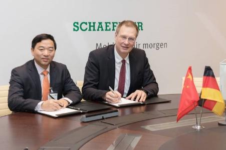 CPS-CEO Qian Gang und Oliver Jung, Vorstand Produktion, Logistik und Einkauf bei Schaeffler signieren eine strategische Partnerschaft, Foto: Schaeffler