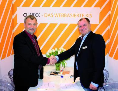 Ralf Günther (Geschäftsführer Marabu) und Jörg Reichardt (Geschäftsführer AMC) nach der Vertragsunterzeichnung auf der conhIT