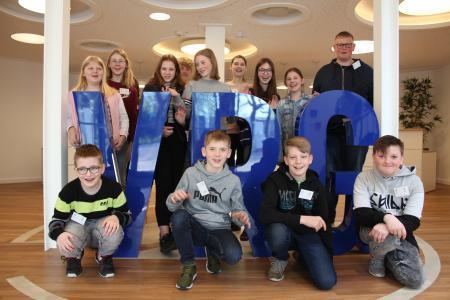 """Freuten sich über spannende Einblicke in die Welt der Software: 14 Schülerinnen und Schüler am 26. April 2018 am """"Zukunftstag"""" zu Gast bei der VRG-Gruppe in Oldenburg"""
