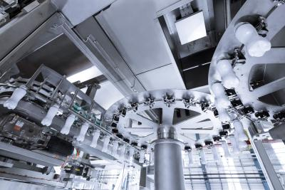 Dank der Verblockung von Streckblasmaschine und Linearfüller minimiert der Systemanbieter ein mögliches Einschleppen von Verschmutzungen. Das wirkt sich positiv auf die Hygiene und Anlagenverfügbarkeit aus.