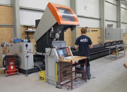 Baier hat auch zwei 3-Achs-Stabbearbeitungszentren SBZ 130 von elumatec im Einsatz. Die Maschine wird unter anderem für die Bearbeitung von Profilen aus Stahl genutzt