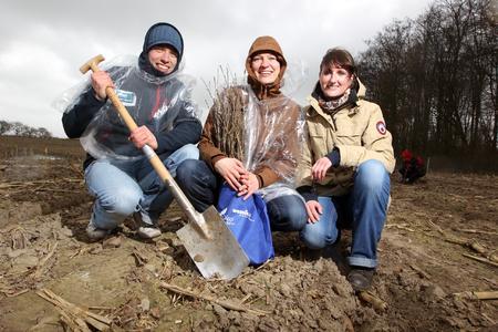 Daniel Schmidt, Maria Hohls und Heike Herzog aus Schwerin halfen zum zweiten Mal bei der Baumpflanz-Aktion