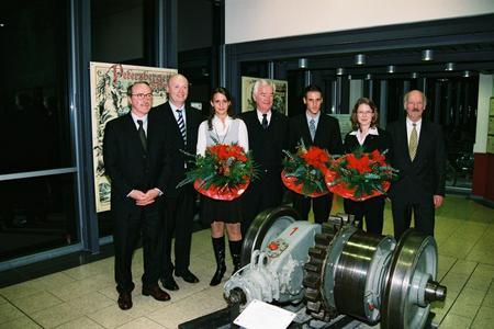 IHC-Geschäftsführer Kurt Schmitz-Temming und die Vorstandsmitglieder Georg von Wick, Klaus Küsgen und Norbert Mattar (von links) gratulierten Vera Demmer, Tobias Reil und Stella Vootz (von links mit Blumen)