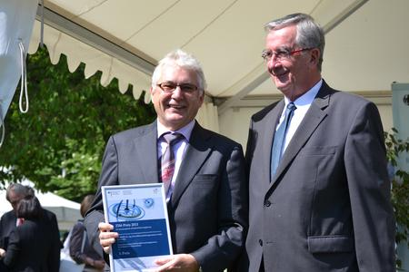 Dr.-Ing. Norbert Stein (on left) receives the ZIM Award from Ernst Burgbacher