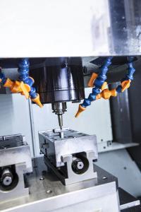 Vor allem die harten Materialien stellen große Herausforderungen an die Maschinen. In der HSC-Bearbeitung mit der YMC 430 sind die kleinen Stufen, die strategiebedingt beim Fräsen entstehen, deutlich präziser