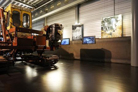 Der Boden der neuen Ausstellungshalle des Emsland Moormuseums folgt ganz der Industriethematik