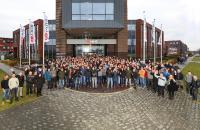 Umgeflaggt: Das ehemalige VanRiet-Team am MHS-gebrandeten Standort im niederländischen Houten. (Foto: MHS)