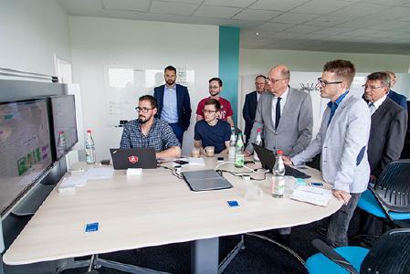 Vorstandsmitglied und IT-Verantwortlicher Christian Wenzel (3.v.r.) erklärte Wolfgang Tiefensee (4.v.r.) die neuesten Entwicklungen in der Software-Abteilung. © M. Schlutter