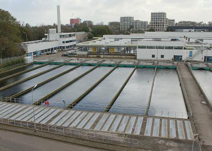 Den Haag, Niederlande. Eine der Einrichtungen, die Kläranlage in Houtrust, umfasst 5 Hektar Fläche und kann im Durchschnitt knapp 79.000 Kubikmeter Abwasser pro Tag reinigen