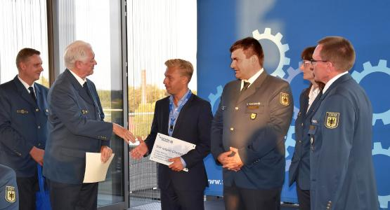 Dr. Hans-Ingo Schliwienski vom THW überreicht secova-Geschäftsführer Jörg Klaas die Urkunde