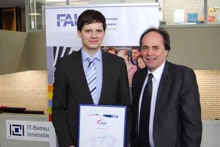Karl-Heinz John , infoteam Software AG überreicht ASQF-Förderpreis an Diplomanden