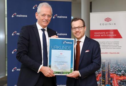 (von links): Mainova-Vorstand Norbert Breidenbach übergibt dem Deutschland-Geschäftsführer von Equinix Jens-Peter Feidner das Grünstromzertifikat für den Bezug des Mainova-Ökostroms