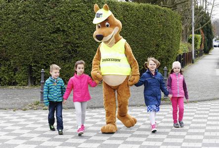 """Känguru Lenni, das Maskottchen von """"Sicher zur Schule"""", zeigt den Kindern das richtige Verhalten im Straßenverkehr"""