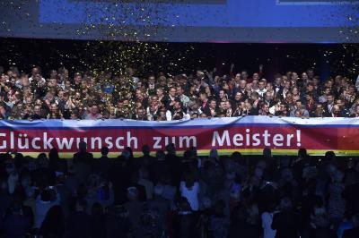 Große Freude kommt bei allen Beteiligten auf, wenn die erfolgreichen Meister auf die Bühne kommen / Das Bild entstand im vergangenen Jahr / Foto: Handwerkskammer Region Stuttgart