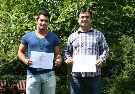 Support-Mitarbeiter Erdinc Öztürk und Khalid Mengal nach bestandendener HP-Prüfung