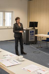 Verbundkoordinatorin Dr. Sonja Schmicker von der Otto-von-Guericke-Universität Magdeburg begrüßt die Teilnehmer zum Abschlusstreffen des Basisvorhabens Arbeitswelt 4.0