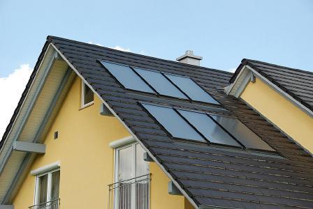Solarkollektoren sollten auf allen Hausdächern zu finden sein, denn das Brauchwasser lässt sich mithilfe der Sonnenenergie unentgeltlich auf gewünschte Temperaturen bringen: Eine vierköpfige Familie kann übers Jahr mit einer solarthermischen Eindeckung von rund 6-9 m² Kollektorfläche gut 60 Prozent ihres Energiebedarfs zur Warmwasserbereitung decken. DHV-Mitglieder bieten für ihre Häuser bereits ab Werk eine bedarfsgerechte Solarthermieausstattung an. Foto: Arnold Haus/DHV, Ostfildern; www.d-h-v