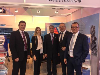 Günter Rauer (Consul General, centre) also visited the joint booth of DVS and GSI SLV TR at SteelFab 2018. Prof. Dr.-Ing. Heinrich Flegel (DVS President, left), Melanie Liesenhoff (DVS), Dr.-Ing. Roland Boecking (DVS General Manager, 2nd from right) and Dirk Sieben (Chief Executive Officer of DVS Media GmbH, right) were pleased about this (Source: DVS)