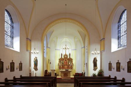 Die St.-Sturmius-Kirche zu Leitmar blickt auf eine 100-jährige Geschichte zurück und erhielt 2015 innen wie außen eine umfangreiche Renovierung (Foto: Caparol Farben Lacke Bautenschutz/Cornelia Suhan)