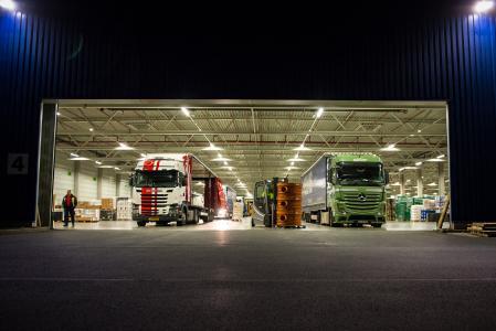 Bei einem Nachtumschlag im Zentral-Hub be- und entladen dutzende Mitarbeiter der ELVIS AG bis zu 80 LKW pro Nacht. (Foto: ELVIS AG)