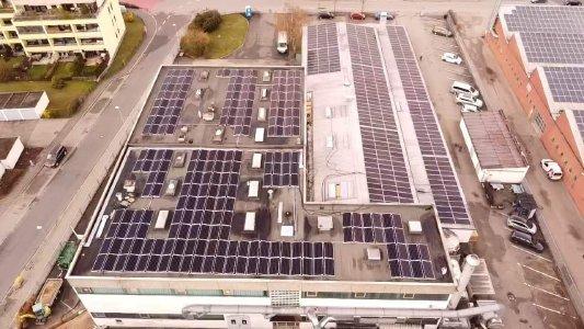 Luftaufnahme der 228 kWp großen Photovoltaikanlage auf dem Strubl GmbH & Co. KG Kunststoffverpackungen Firmengebäude © iKratos