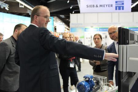 Geschäftsführer Marc Vathauer präsentiert der Presse Innovationen
