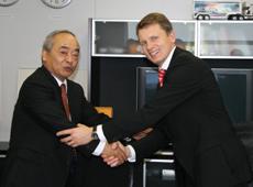 Shizuka Uzawa, Präsident Nisshinbo Holdings, Inc. und Dr. Ralf Cramer, Mitglied des Vorstands der Continental AG und Leiter der Division Chassis & Safety, nach Vertragsunterzeichnung in Yokohama City