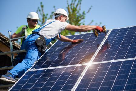 Das neue Gebäudeenergiegesetz verpflichtet Bauherren zur Nutzung mindestens einer Form Erneuerbarer Energien aus gebäudenahen Quellen wie zum Beispiel Solaranlagen. Bildquelle: anatoliy_gleb - stock.adobe.com