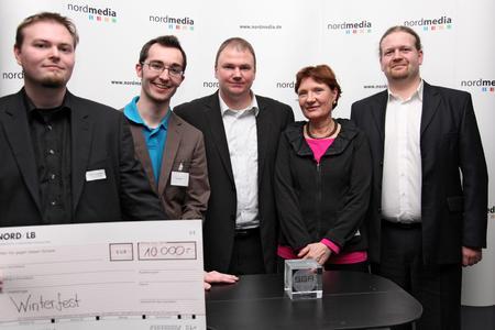 """Die Preisträger des Serious Games Award Gold: """"Winterfest""""; v.l. Matthias Mangelsdorf, Stefan Köhler (Daedalic Entertainment), Holger Diener (Fraunhofer IGD), Barbara Cramm, Maik Neudorfer (Deutscher Volkshochschulverband)"""