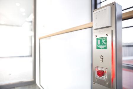 """Komplexe Türtechnologie feingerahmt und zentral steuerbar. Die LED-Hintergrundbeleuchtung der Türzentrale (rechts) zeigt den Türzustand """"verriegelt"""" (Bild: GEZE GmbH)"""