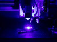 Der blaue Hochleistungslaser AO-500 von Nuburu setzt neue Standards in der Lasermaterialbearbeitung. Das Strahlparameterprodukt von 30mm*mrad bei 500 W ermöglicht eine Fokussierung, die in dem Leistungsbereich von 500 W eine bislang unerreichte Schweißtiefe erzielt.