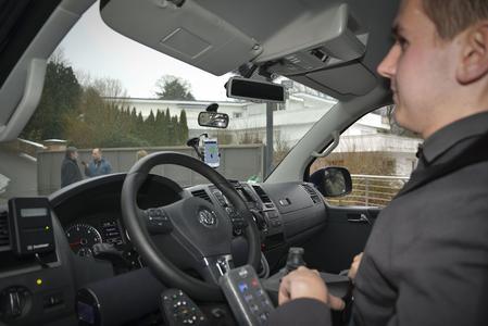 Autofahren ohne Barrieren: Josef Fleischmann fährt mit einer Sprachsteuerung. Foto: EML