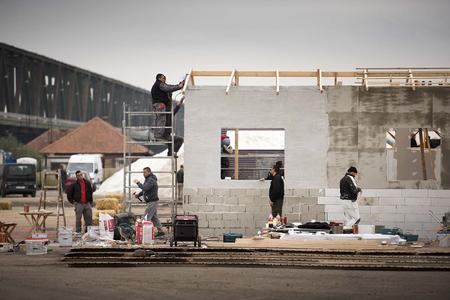 Die abgesperrte Baustelle war mit mehreren potenziellen Hindernissen gespickt, zum Beispiel einem Gebäude aus Zementblöcken und Holz, das eigens für diesen Test gebaut wurde / VOLVO TRUCKS Image and Film Gallery