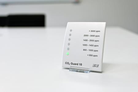 Anhand einer sechsteiligen LED-Ampel gibt der CO2 Guard 10 Auskunft über den aktuellen CO2-Gehalt der Raumluft.