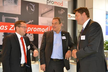 Florian Schmidt Geschäftsführer der Promod GmbH aus Horb informierte Axel Blochwitz und Peter Rosenberger auf der Fakuma über die Innovationen in der Kunststoffbranche