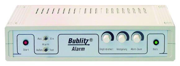 Zuverlässigen und unkomplizierten Schutz bieten die Alarmanlagen-Systeme. Kombiniert mit den Funk-Rauchmeldern vorn im Bild schlägt das System auch bei Feuer Alarm. (Foto: epr/Bublitz)