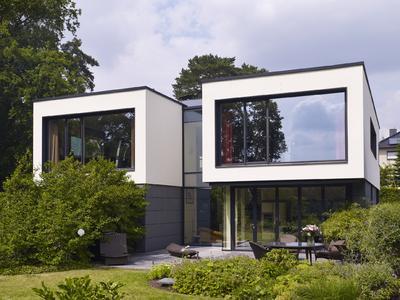 Der Entwurf ist geprägt von dem Bauherrenwunsch, das Gebäude zur Seeseite maximal zu öffnen. Dazu tragen die großflächigen Schüco Fenster- und Fassadensysteme mit filigranen Profilansichten bei / Bildnachweis: Schüco International KG