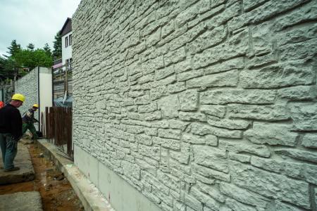 La textura Murus Romanus NOEplast imita un muro de piedra natural de mampostería irregular. Así se cumplió con el deseo de proteger el patrimonio nacional, adaptando los nuevos muros visualmente a la mampostería existente