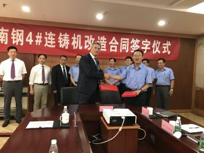 Contract signing between Xu Xiaochun, General Manager Nanjing Iron and Steel Group Co., Ltd., and Pierpaolo Rivetti, Deputy EVP Sales & Marketing SMS Concast