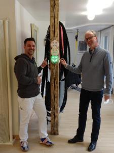"""Claude Diening (Praevito) (links) und Dr. Marc Vathauer (Vathauer Medtech) (rechts) bei Installation von """"KAY"""" (Für die Fotoaufnahme wurde der Mund- und Nasenschutz entfernt)"""