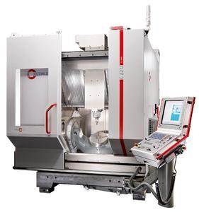 zeigt das Bearbeitungszentrum C 22 U dynamic als Komplettmaschine mit NC-Schwenkrund-tisch Ø 320 mm