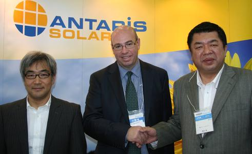Tetsuro Uragami (ANTARIS SOLAR Japan Country Manager), Andrew Moore (ANTARIS SOLAR International Sales Director) und Hiroshi Kanayama, Geschäftsführer von Clean Energy Japan auf der PV Japan. (v.l.n.r.) Foto:Antaris Solar